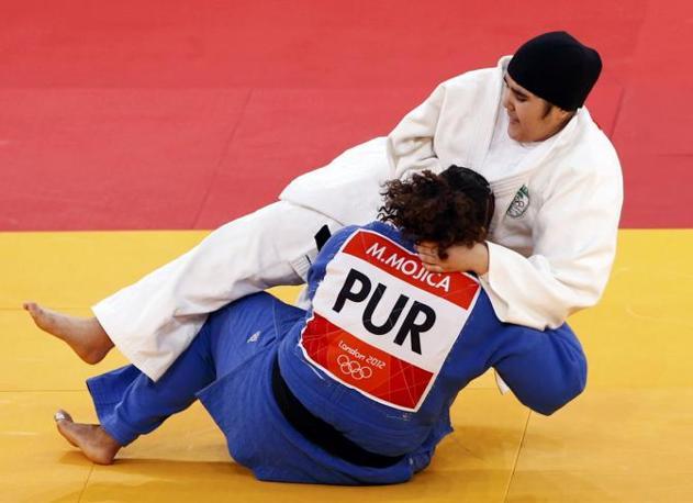 Compromesso raggiunto per il capo coperto della judoka saudita Wojdan Shaherkani: eccola in combattimento con Melissa Mojica, Portorico (Reuters)