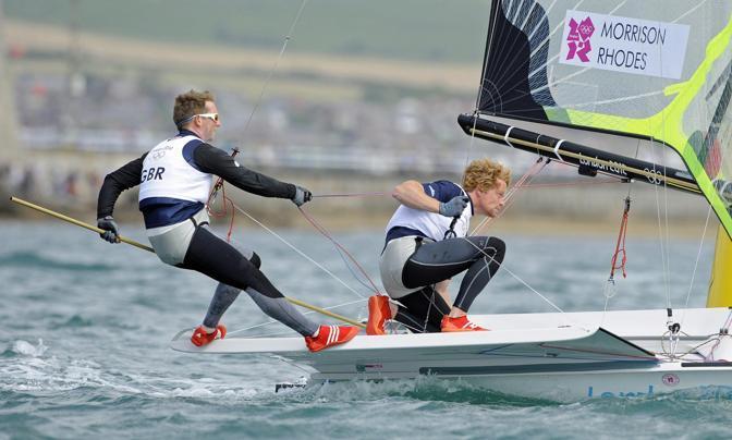 Sono iniziate anche le gare di vela: ecco i britannici Stevie Morrison e Ben Rhodes davanti a Weymouth nella classe 49er (Epa)