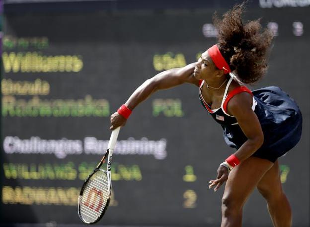 L'eterna Serena Williams è la stella del tennis femminile: qui gioca con Urszula Radwanska. Che batterà 6-2, 6-3 (Ap)