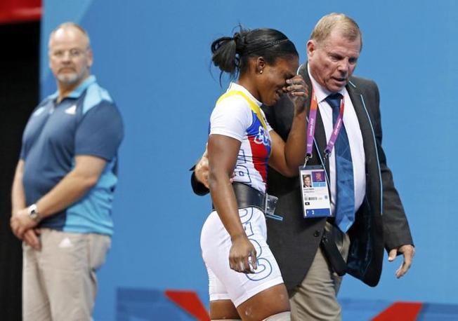 La colombiana Lina Marcela Rivas scoppia in lacrime: è stata appena eliminata dal sollevamento pesi, categoria 58 kg. (Reuters)