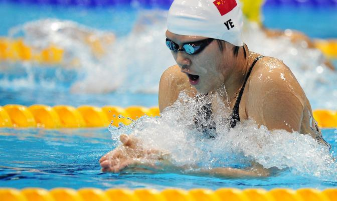 La cinese Ye Shiwen gareggia per i 200 metri stile libero: la giovanissima (ha 16 anni) è finita al centro delle polemiche, perché sembrerebbe un po' troppo veloce( più di Phelps e Lochte) (Epa)