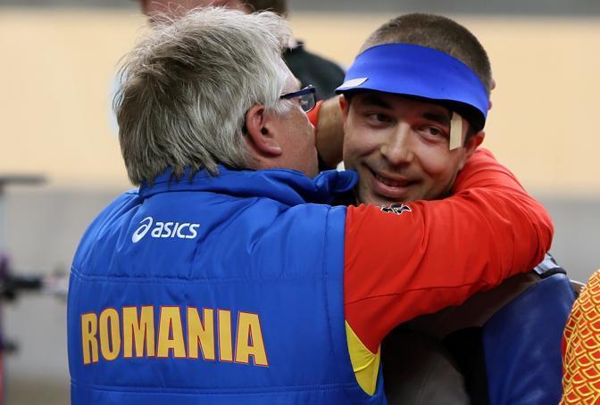 Il romeno George Moldoveanu festeggia, ha appena vinto l'oro contro il nostro Campriani nella carabina da dieci metri (Afp)