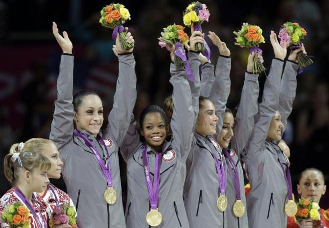 La festa d'oro della nazionale di ginnastica Usa, che vince la gara a squadre (Ap)