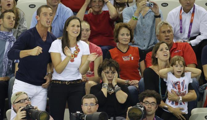 Michel Phelps diventa l'atleta più medagliato di sempre ai Giochi: nella stessa sera è argento nei 200 delfino e oro nella staffetta 4x200. E questa è l'immagine della madre del nuotatore di Baltimora, Debbie (al centro, con le mani sul volto) mentre segue le ultime bracciate nella frazione conclusiva della staffetta (Ap)