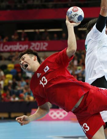 Ecco la grinta del sudcoreano Lee Jae-woo nel tentativo di un tiro-goal contro l'Ungheria durante i preliminari al  Summer Olympics di Londra. Il risultato alla fine sarà favorevole ai magiari per 22 a 19 (Ap/Vadim Ghirda)