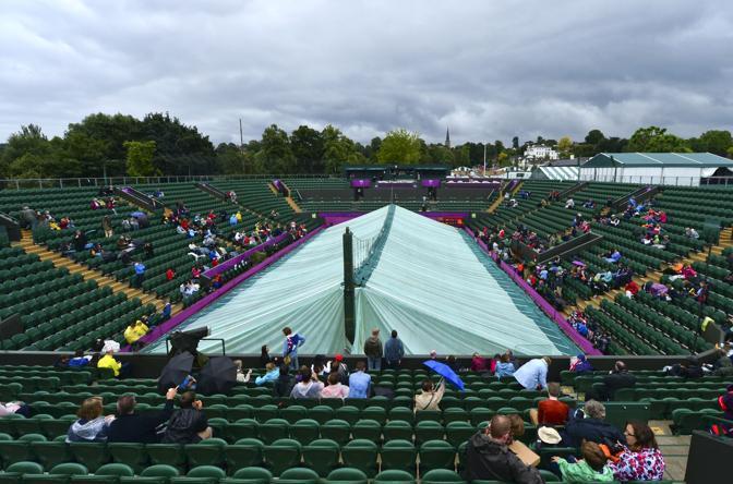 La pioggia al Tennis Club in Wimbledon ha costretto gli organizzatori a sospendere le partite in programma fino al pomeriggio (Afp/Luis Acosta)