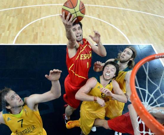Lo spagnolo Fernando San Emeterio solo in mezzo a tre avversari. La Spagna, medaglia d'argento alle Olimpiadi di Pechino, ha sconfitto la nazionale australiana per 82-70 (Epa/Larry W. Smith)