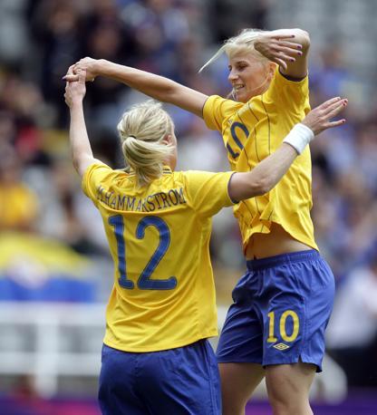 Le svedesi Marie Hammarstrom e Sofia Jakobsson festeggiano la vittoria contro il Canada (Afp/Graham Stuart)