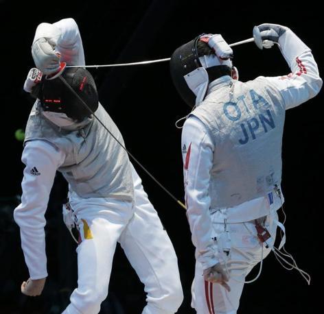 Un momento del duello tra il tedesco Benjamin Kleinbrink e il giapponese Yuki Ota durante la loro gara di fioretto maschile. Il giapponese, superata la prova, è stato poi battuto dal nostro Cassarà (Ap/Dmitry Lovetsky)