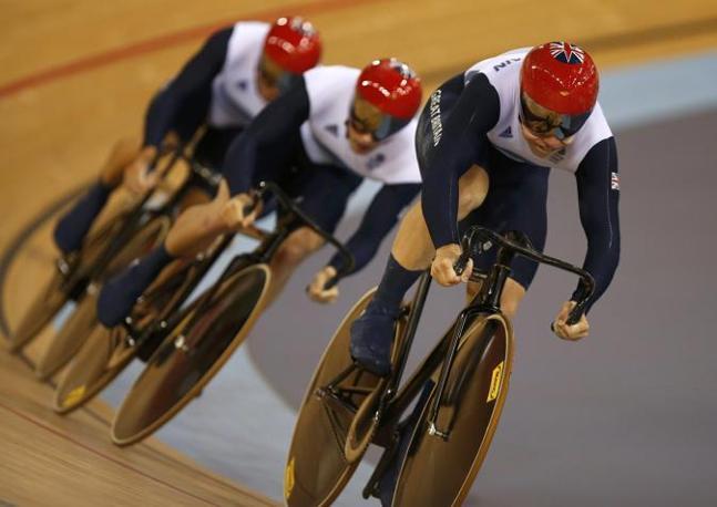 Medaghlia d'oro britannica nel ciclismo su pista, specialità sprint a squadre: ecco Philip Hindes, Chris Hoy e Jason Kenny in azione (Ap)
