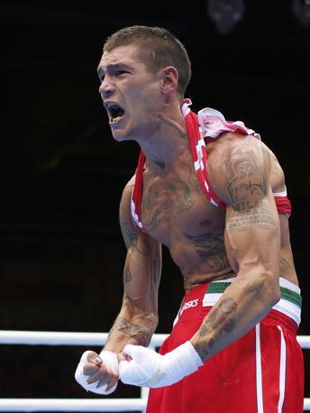 La grinta muscolare del pugile italiano Domenico Valentino (pesi leggeri): così festeggia il successo sul britannico  Josh Taylor (Reuters)