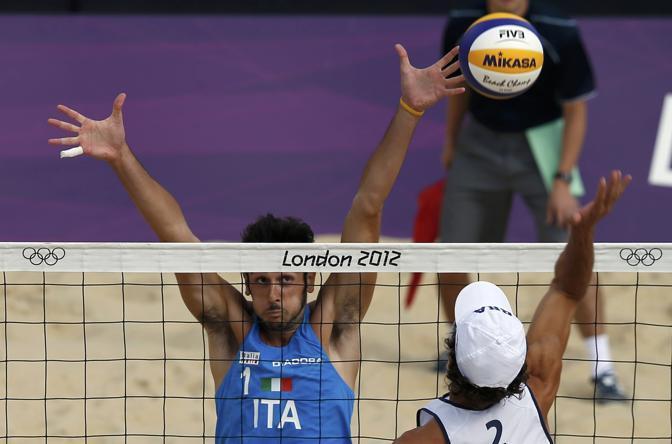 Sfida proibitiva per gli azzurri del beach volley, Paolo Nicolai e Daniele Lupo, superati in due set dai fortissimi brasiliani Cerutti/Rego (26-24 e 21-18 i parziali) (Reuters/Del Pozo)