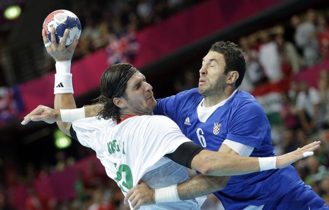 Momenti spettacolari nella pallamano. Blazenko Lackovic della Croazia e Laszlo Nagy dell'Ungheria si sfidano nella fase a gironi (Ap/Schrader)