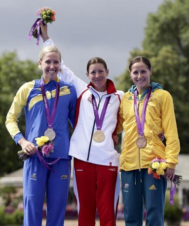 Al centro la svizzera Nicola Spirig  medaglia d'oro di triathlon femminile. Argento alla svedese Lisa Norden, battuta al fotofinish, e bronzo alla australiana Erin Densham(Reuters)
