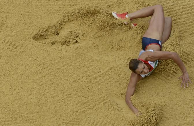 Il salto della britannica Jessica Ennis nella gara di Eptatlon (Afp)