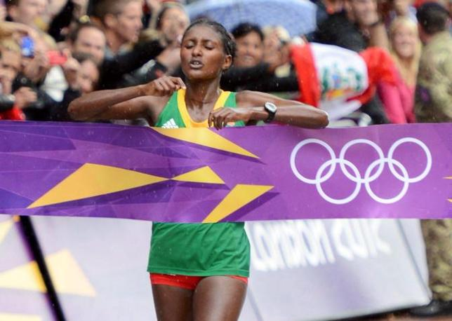 L'etiope Tiki Gelana taglia il traguardo: ha appena vinto la maratona femminile, dove la nostra Valeria Straneo ha conquistato un buon ottavo posto (Epa)