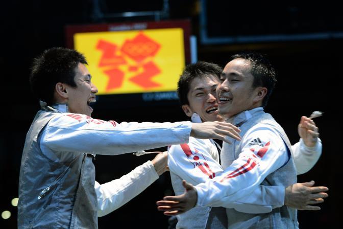 I giapponesi festeggiano: hanno appena battuto la Germania e sfideranno l'Italia nella finale del fioretto a squadre (Afp)