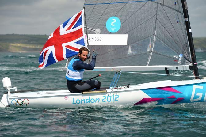 Il britannico Ben Ainslie festeggia: ha vinto nella categoria Finn della vela (Afp)