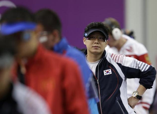 Un attimo di requie per il sud coreano Jin Jong-Ho: poi si aggiudicherà l'oro nella finale della pistola -50 metri (Ap)