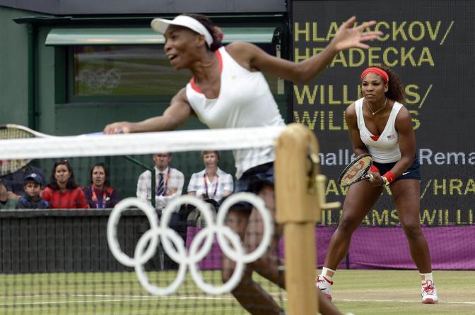 Venus Williams sotto rete: con la sorella Serena hanno nettamente battuto le ceche Andrea Hlavackova e Lucie Hradecka. Per Venus è il quarto oro ( Epa)