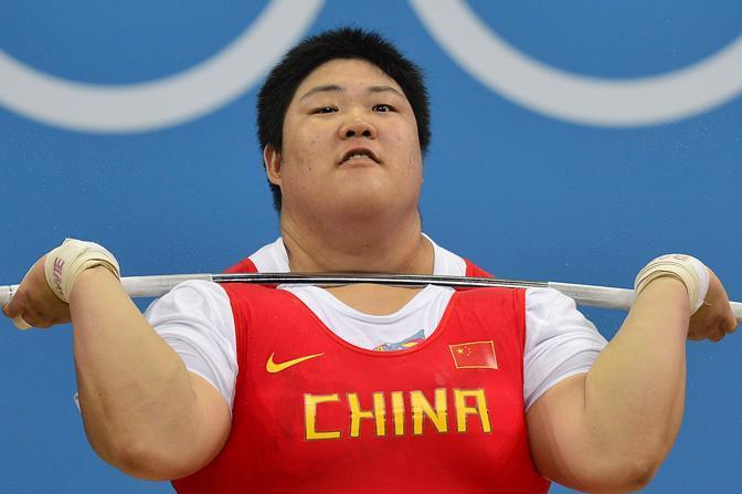 La cinese Zhou Lulu solleva l'ultimo peso, nella categoria + 75: sono 333 chilogrammi. È medaglia d'oro e record del mondo (Afp)