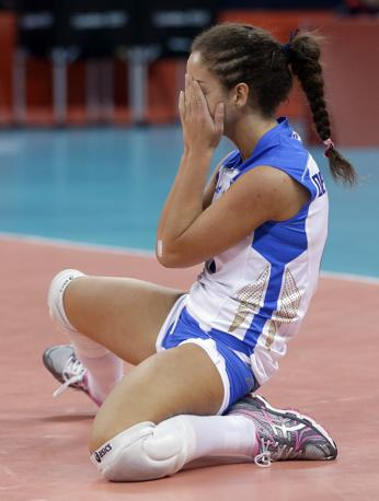 Monica De Gennaro si dispera, ma niente è perduto: l'italvolley donne viene battuta 1-3 con la Russia, ma passa ai quarti. Incontrerà il Giappone martedì (Ap)