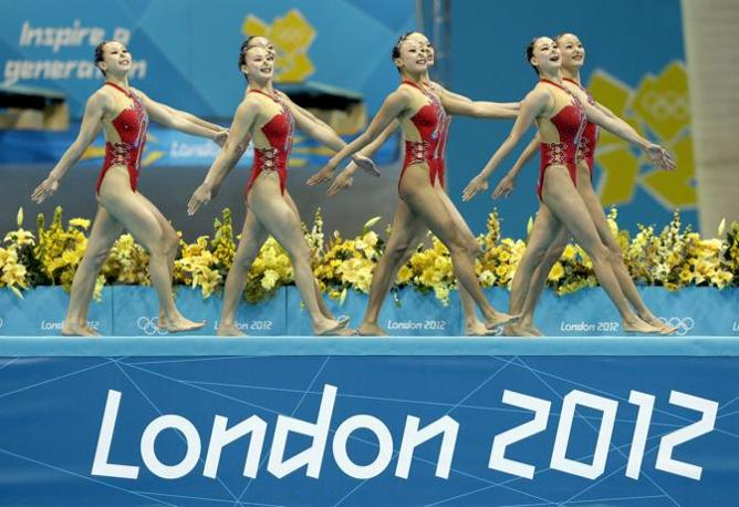 Nuoto sincronizzato: la squadra cinese all'ingresso prima del proprio esercizio (Ap)