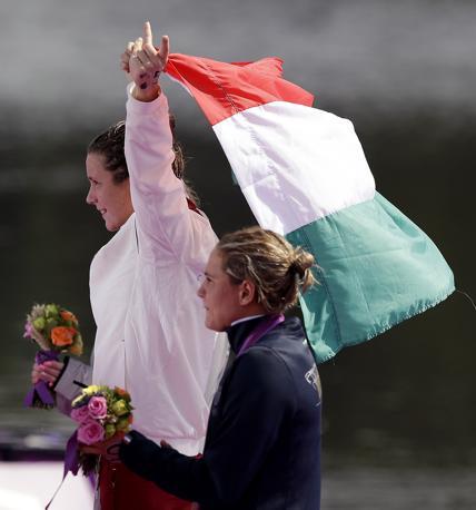 Sul podio della 10 km di nuoto: l'ungherese Eva Ristov, medaglia d'oro, sventola la bandiera accanto all'azzurra Martina Grimaldi , bronzo (Ap)