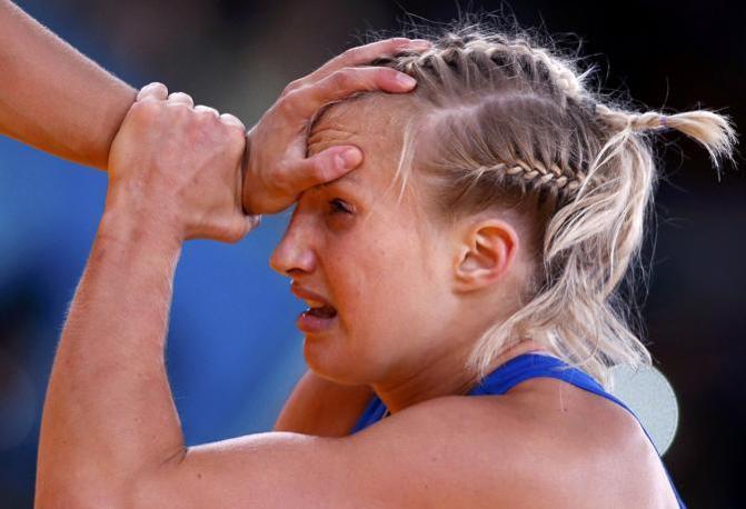 Un momento del combattimento tra la svedese Mattsson (in blu) contro la russa Zholobova (Reuters)