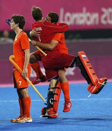 Gli olandesi dell'hockey festeggiano la vittoria in semifinale contro la Gran Bretagna (Reuters)