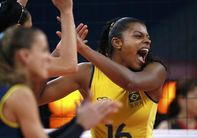 Volley, la brasiliana, Fernanda Rodrigues, festeggia il passaggio in finale (Reuters)