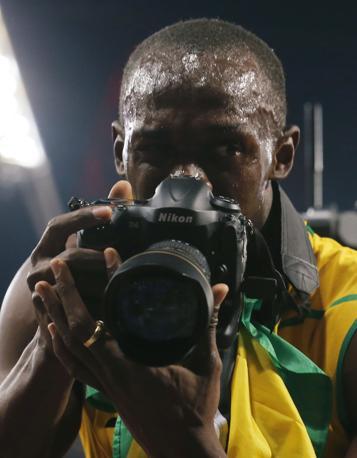 Il giamaicano Usain Bolt festeggia la vittoria della medaglia d'oro nei 200 metri (Reuters)