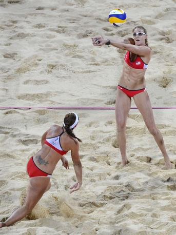Nel beach voley terzo oro consecutivo  per le statunitensi Kerri Walsh e Misty May-Treanor: in finale hanno battuto le connazionali April Ross e Jennifer Kessy (Afp/Stansall)
