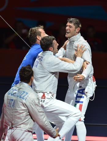 L'esultanza degli azzurri dopo la vittoria sui russi che vale la medaglia di bronzo nella sciabola a squadre (Afp)