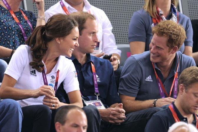 La giovane coppia con il principe Harry (Olycom)