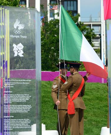 La cerimonia è stata eseguita da ufficiali dell'esercito inglese (Ansa/Onorati)