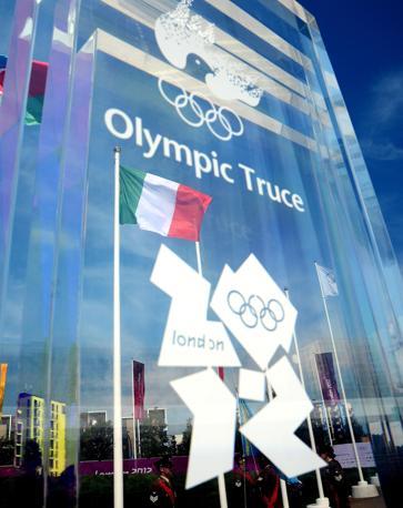 Il muro della tregua olimpica sul quale atleti e dirigenti sportivi firmano la loro adesione al periodo di pace (Ansa/Onorati)