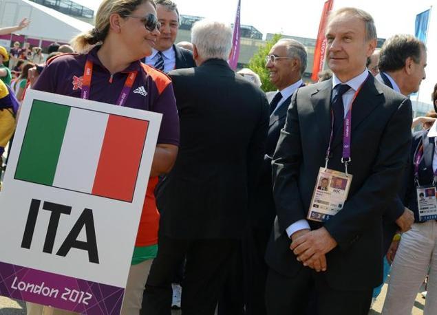 Il presidente del Coni Gianni Petrucci assiste alla cerimonia (Ansa/Onorati)