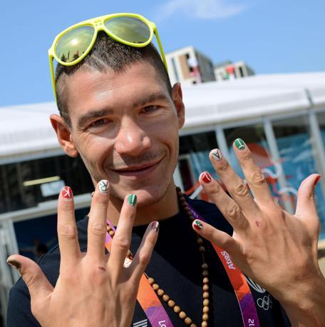 Il pugile Domenico Valentino mostra le sue patriottiche unghie, in futuro coperte dai guantoni (Ansa/Onorati)