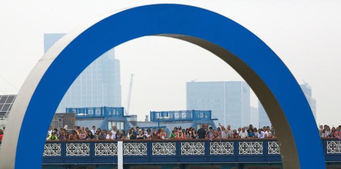 Il pubblico assiste al passaggio dal Tower Bridge (Afp/Cowie)