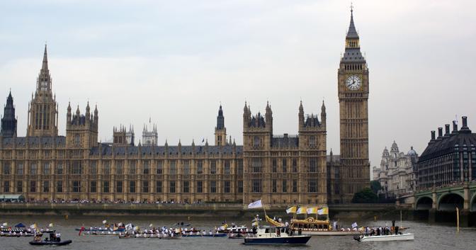 Il passaggio davanti al Parlamento (Afp/Cowie)
