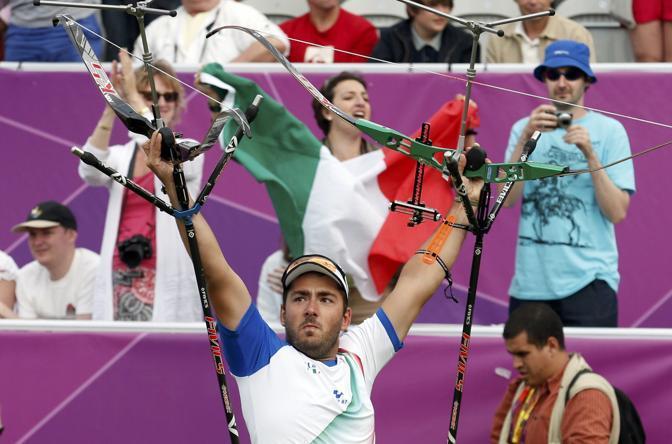 Mauro Nespoli, uno dei tre arcieri che hanno conquistato l'oro contro la squadra statunitense nel tiro con l'arco (Reuters)