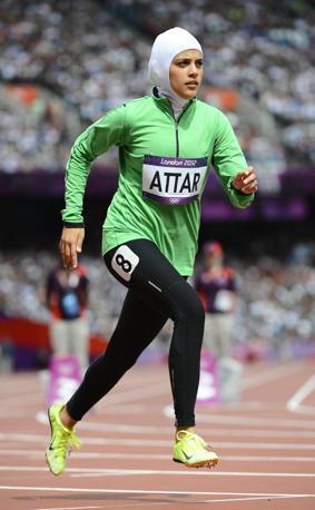 Trionfo allo stadio per Sarah Attar, la prima saudita ad aver calcato una pista olimpica. Nella sua batteria ci ha messo 40 secondi più della prima ma lei era contenta lo stesso (Epa\Mabanglo)