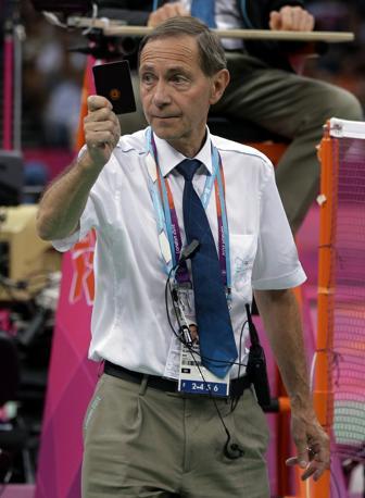 L'arbitro Torsten Berg scende in campo per sanzionare lo strano atteggiamento di gioco (Ap/Leighton)