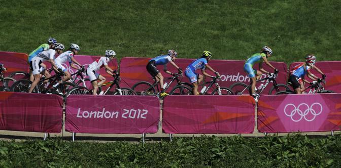 Le cicliste impegnate sul duro circuito della mountain bike di Hadleigh Farm, nell'Essex (Ap\Ena)