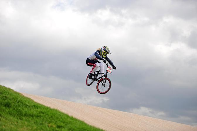 L&#39;atleta britannica Brooke Crain durante la gara di Bmx. Durante la sua performance cade in maniera spettacolare (Usa Today)