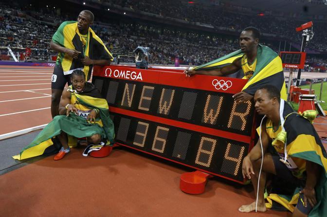 La squadra giamaicana in posa davanti al tempo di record appena segnato (Reuters)