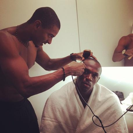 Su Twitter Bolt ha postato anche la foto dei preparativi per la cerimonia olimpica: Maurice Smith», ovvero il decatleta giamaicano, gli ha tagliato i capelli