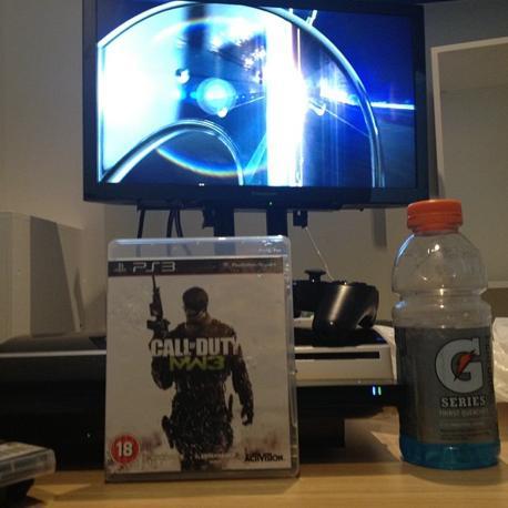 In camera davanti alla tv, tra film e bevande energetiche: così passa Bolt il suo tempo libero. È lui stesso a mostrarlo con una foto su Twitter