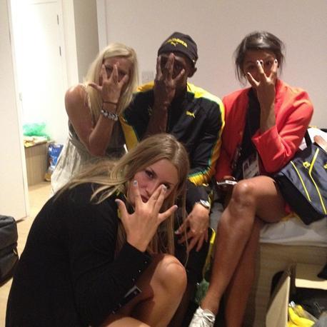 La foto postata dall'atleta giamaicano con le tre giocatrici di pallamano svedesi per festeggiare l'oro e il record nei 100 metri